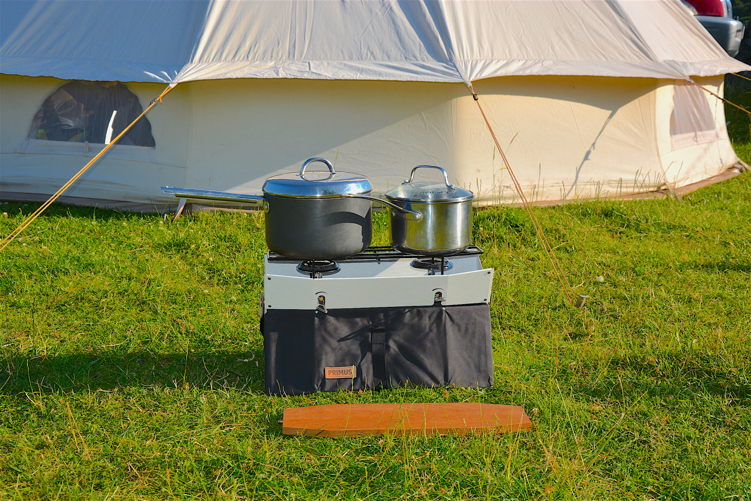 The Primus Onja stove supporting pans